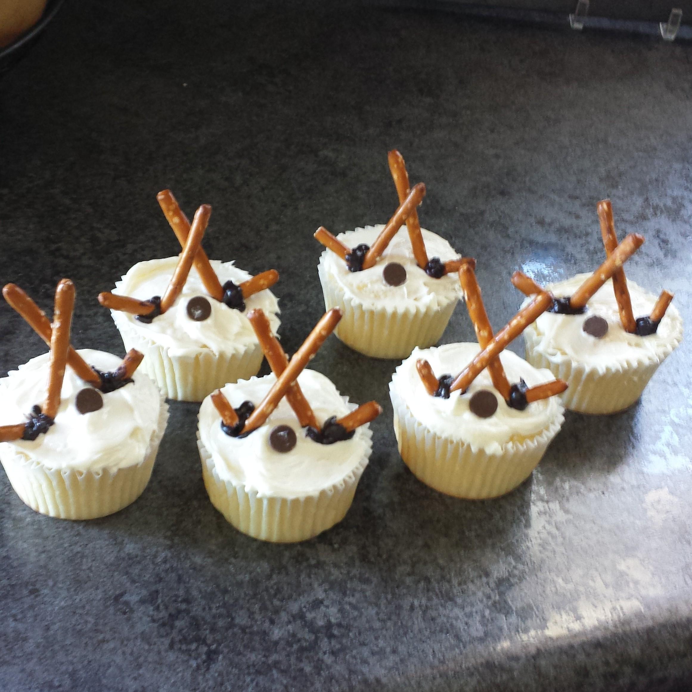 Cupcake Decorating Ideas Hockey : Hockey Themed Cupcakes #Recipe - momma in flip flops