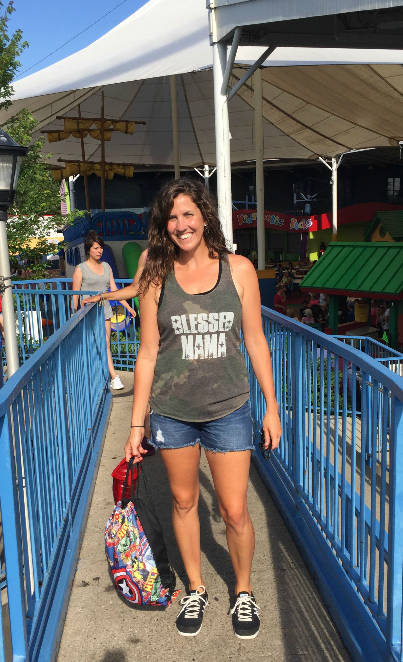 118bfaad97d What to Wear   NOT Wear at the Amusement Park - momma in flip flops